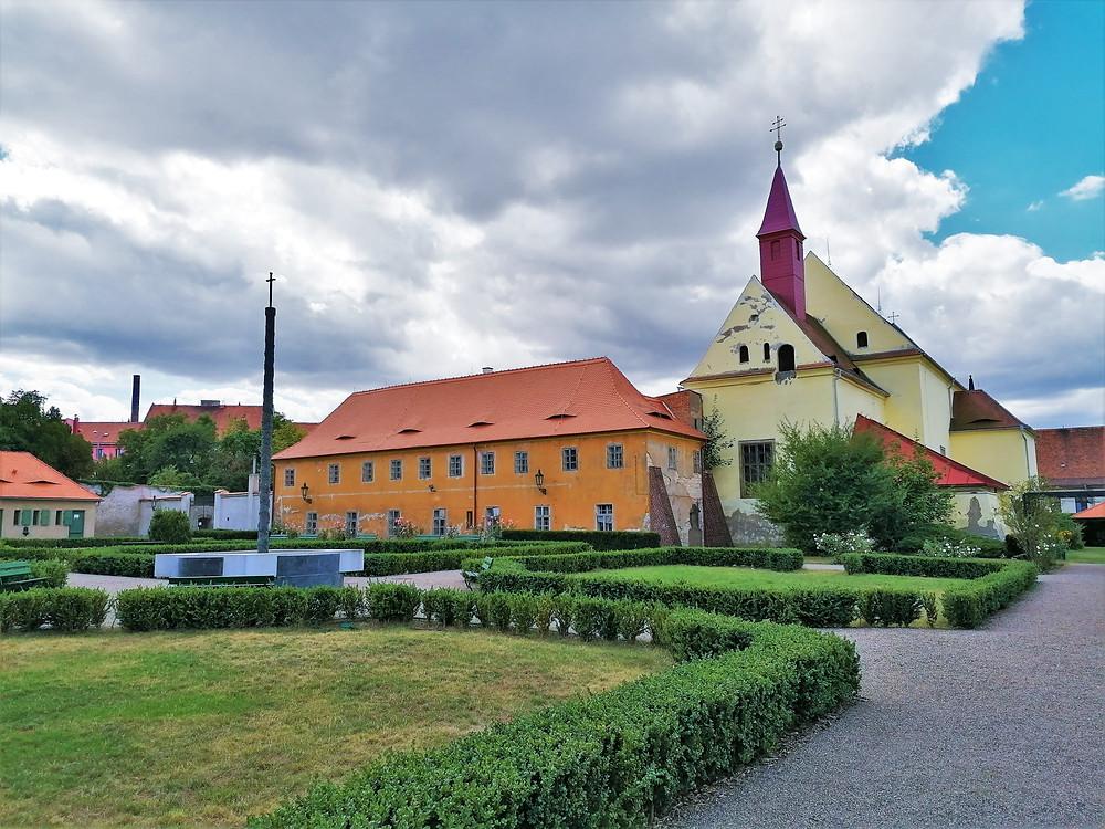 Kapucínský klášter v Žatci je znám podle legendy tím, že tu prý jídlo vařil samotný ďábel