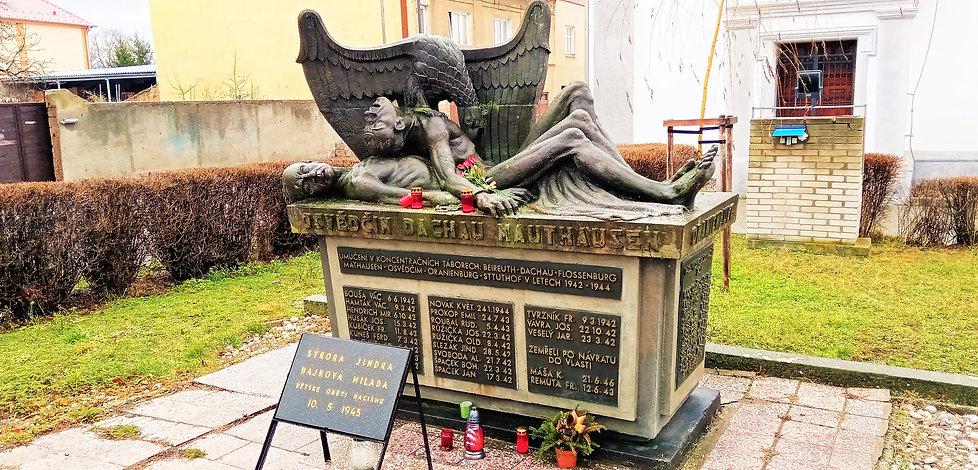 Ve městě Lom najdete velice expresivní památník obětem koncentračních táborů z tohoto města; sousoší je jasným obviněním hitlerovského Německa zpodobněného římskou orlicí