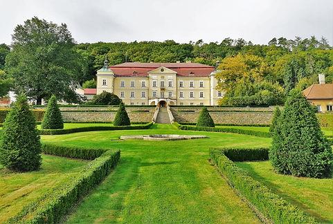 Francouzská zahrada u zámku Veselíčko vytváří nádhernou osu se zámeckou budovou