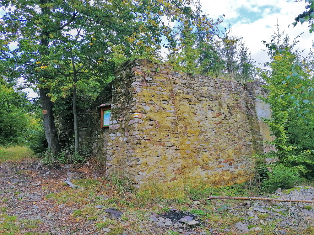 Betonové základy soukromé rozhledny hraběte Defours-Walderode