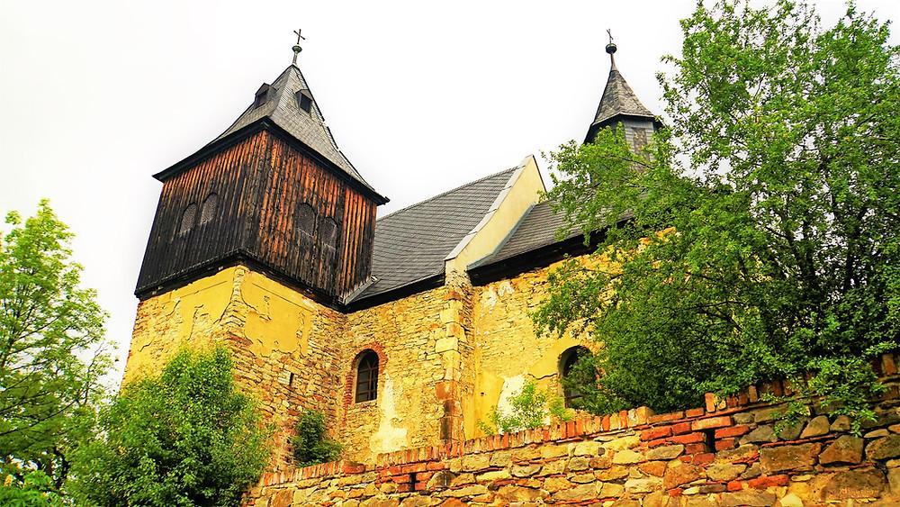 Kostel svatého Jakuba Většího ve Škrlech pochází z první poloviny 14. století