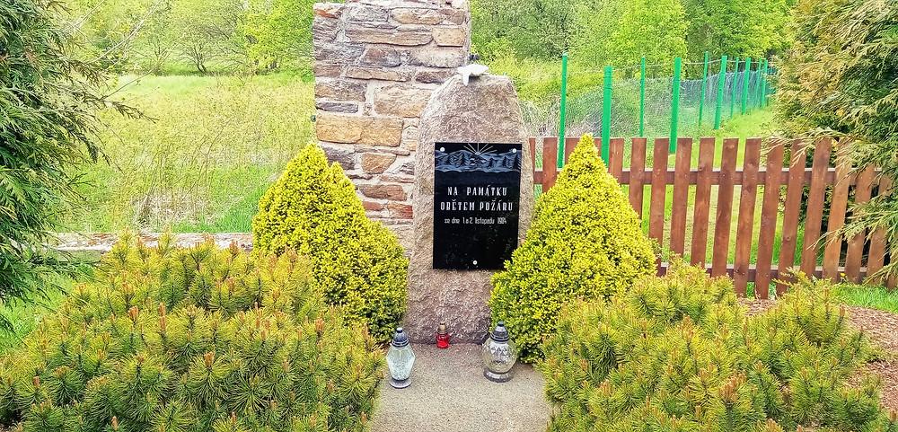 Pomník obětem požáru ústavu sociální péče na Měděnci