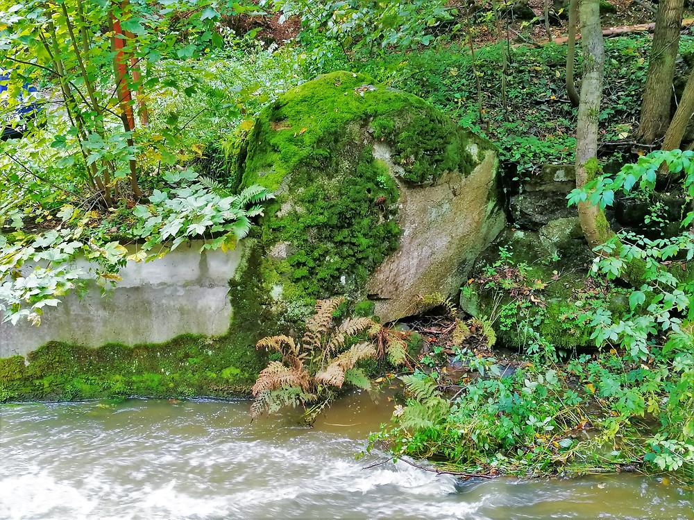 Svatební kámen z Potštátského skalního města; o něm se traduje, že ta žena či dívka, která se na něj posadí, určitě bude mít do roka veselku