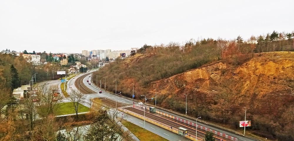 Obě části Přírodní památky Kalvárie v Motole od sebe odděluje pás Plzeňské třídy