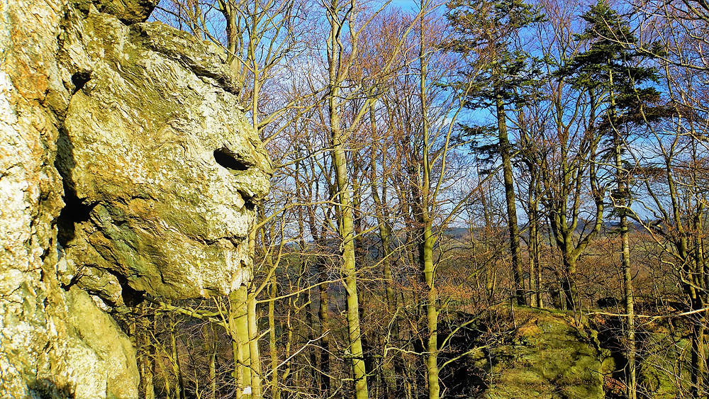 Tvář nemilovaného starce na skalní zřícenině Rabštejn