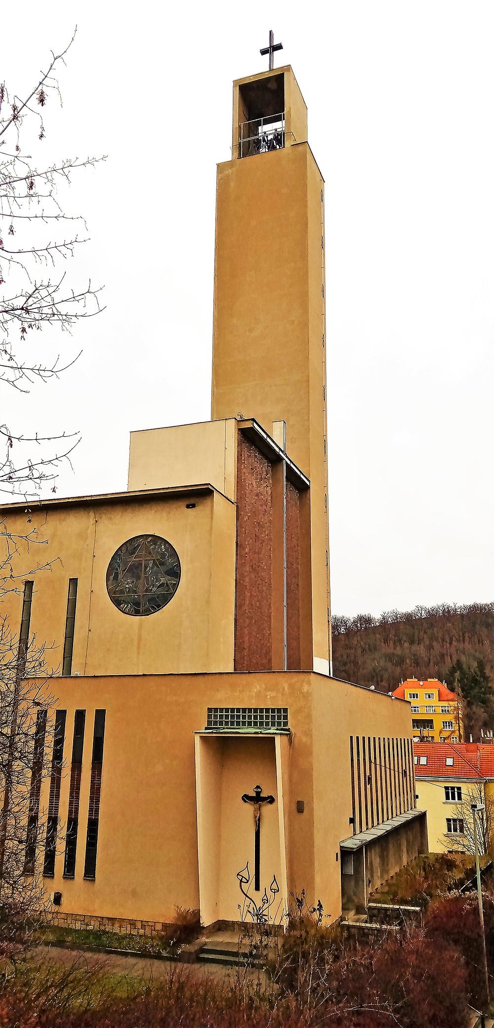 Věž kostela je dílem architekta Jaroslava Čermáka