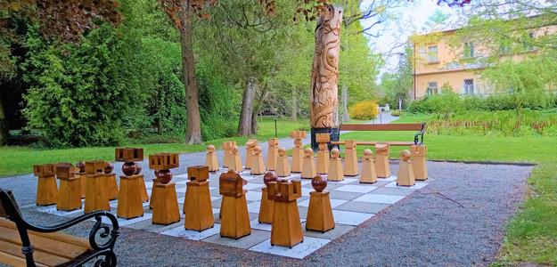 Šachová výzva v arboretu v Bílé Lhotě