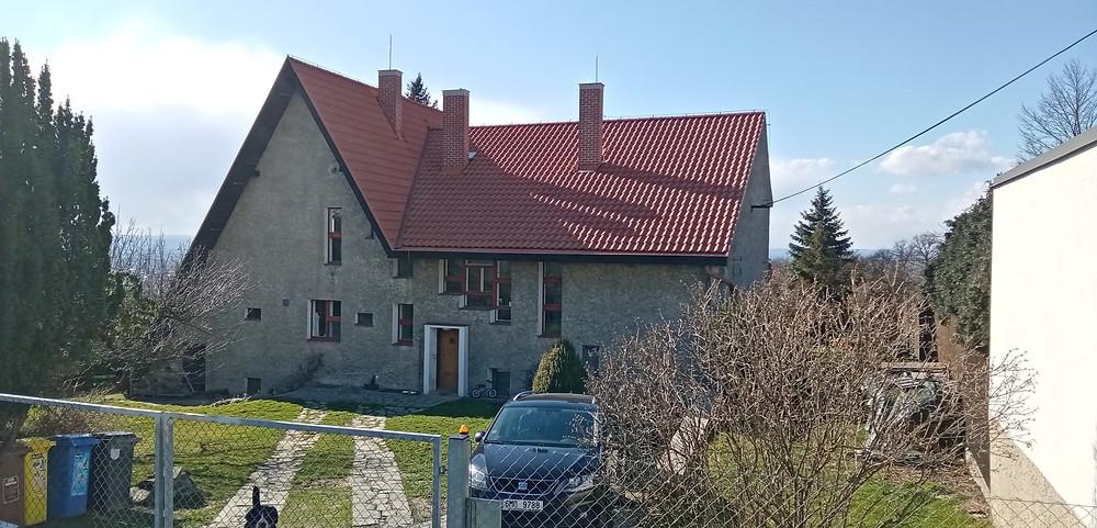 Zvláštně řešená vila malíře Bohumíra Dvorského na Svatém Kopečku; vznikla v předválečném období a navrhl ji architekt Karel Dudych