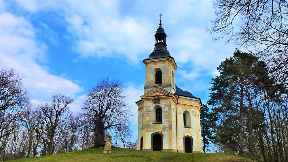 Kaple Panny Marie Pomocné tvoří vrchol Vintířovského vrchu
