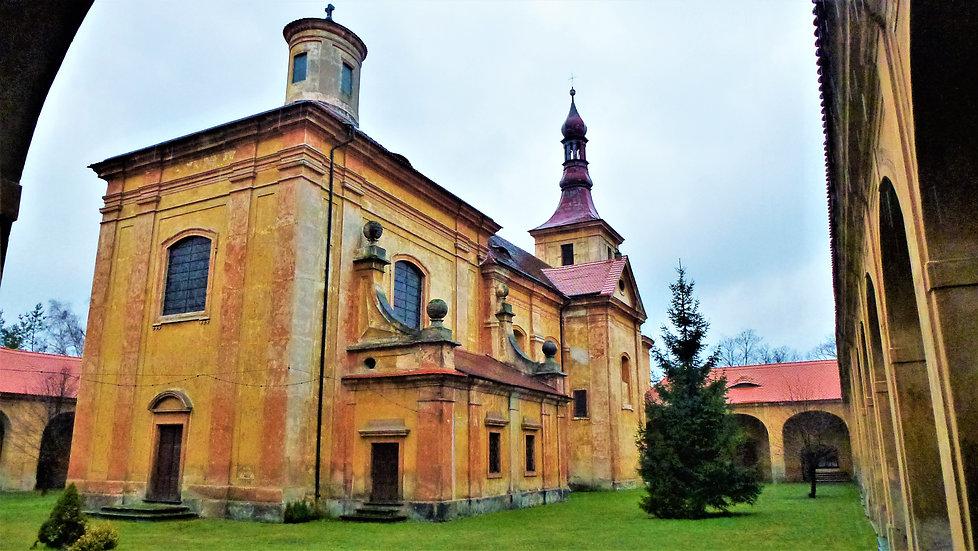 I když k uctívání sochy Panny Marie Bolestné docházelo už ve 13. století, od roku 1725 byla stanovena klášterem v Oseku stálá trasa pouti ze sousedních Libkovic