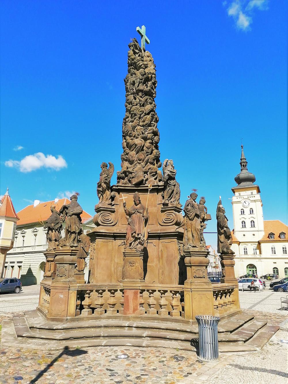 Sloup Nejsvětější Trojice v Žatci je jednou z dominant náměstí Svobody