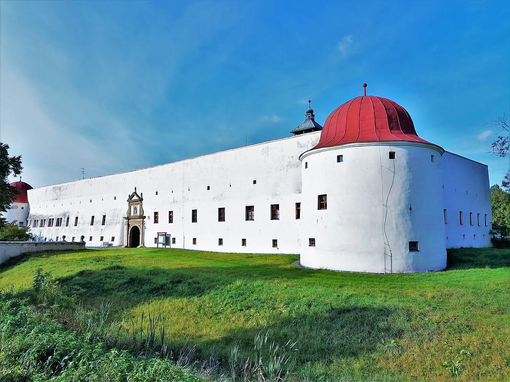 Podoba zámku v Dřevohosticích dává jasně najevo, že původně šlo o vodní tvrz