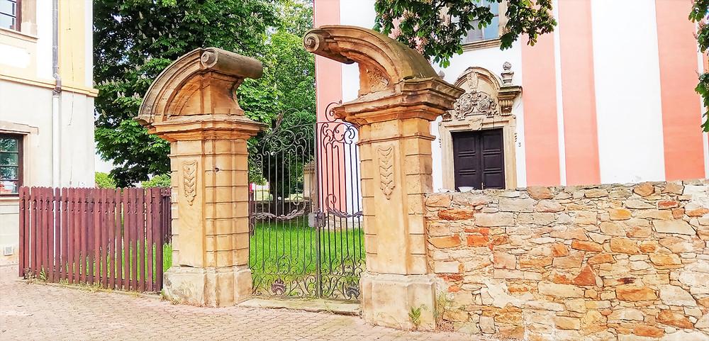Do kostela svatého Václava ve Vysočanech se vchází zvláštní bránou