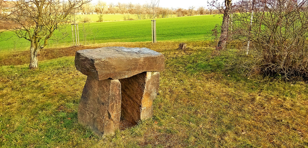 Kamenný stůl Bel v Krteni podle odborníků stojí přesně na místě, kudy procházela energetická linie spojující Pražský hrad s hradem Karlštejn