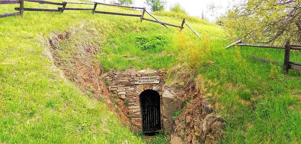 Koňská jáma je dalším důlním dílem, kterým je doslova provrtán vrch Mědník