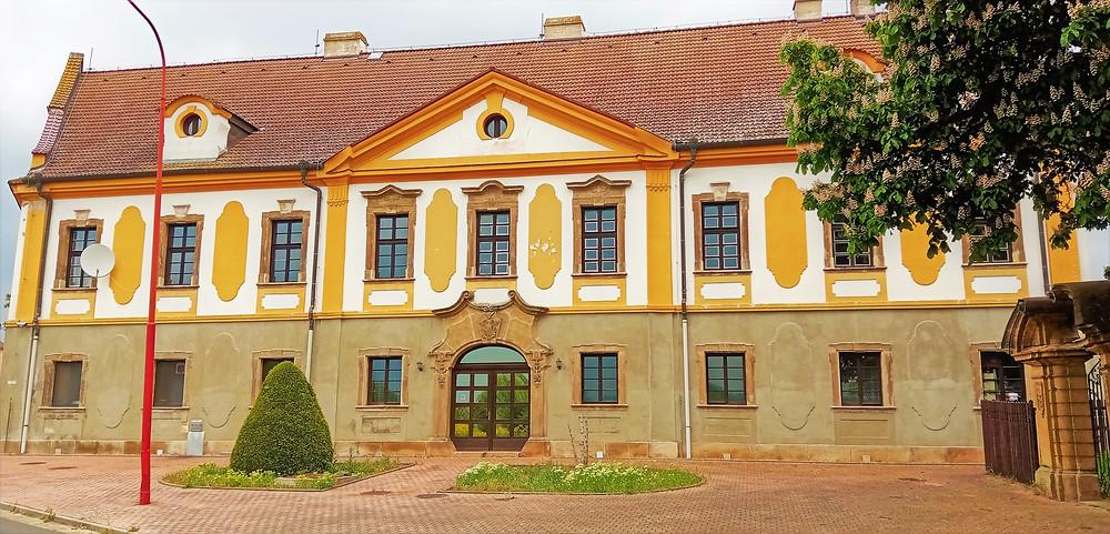Ve stejném stylu jako kostel je vystavěna ve Vysočanech i fara