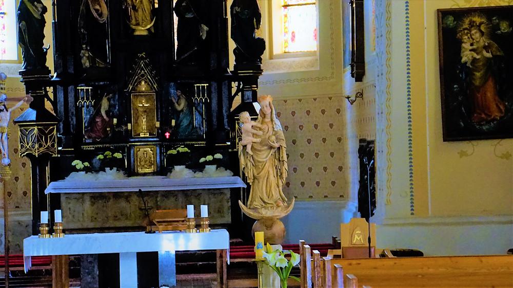 Detailní pohled na uctívanou a zbožňovanou sochu Panny Marie Cholinské