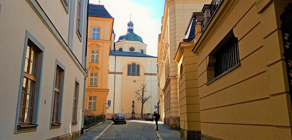Nejstarší moravská kupolovitá stavba - kostel svatého Michala v Olomouci - při pohledu z Univerzitní ulice