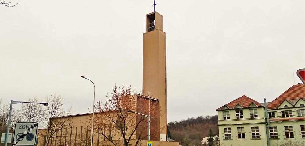 Funkcionalistická věž kostela svatého Jana Nepomuckého v Košířích je přímo učebnicová ukázka tohoto stavebního stylu