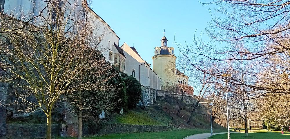 Při pohledu z parku pod hradbami je dobře patrná kaple svaté Barbory a Zdíkovský palác