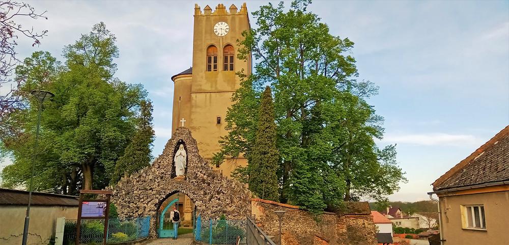 Kostel svatého Jiří v Náklu je zakončen klasickým hanáckým zastřešením