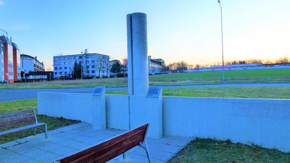 Nález římského legionářského tábora v nedaleké Římské ulici zcela změnil českou historii; památník najdeme v olomoucké části Neředín