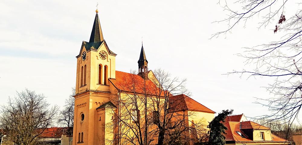 Kostel svaté Ludmily ve Chvalech