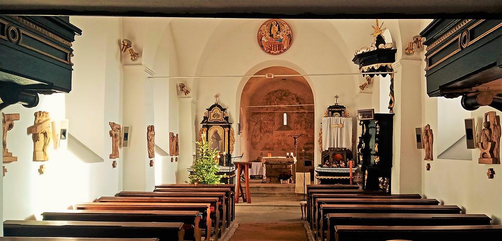 Interiér kostela Nanebevzetí Panny Marie v Dolních Počernicích