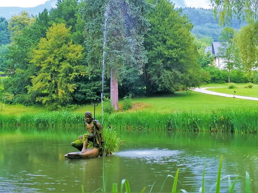 Socha Neptuna v zámeckém parku v Loučné nad Desnou