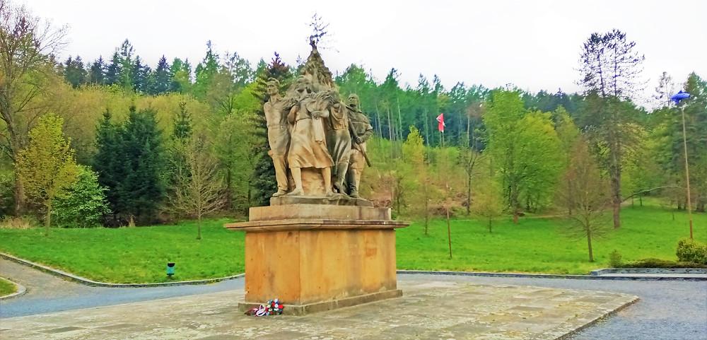 Nomenklaturní sousoší Vítězství pro Památník v Javoříčku vytvořili v roce 1955 akademický sochař Jan Tříska a architekt Miroslav Putna