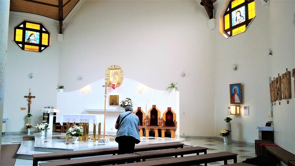 Moderní interiér poutního kostela Panny Marie Pomocné ve Zlatých Horách