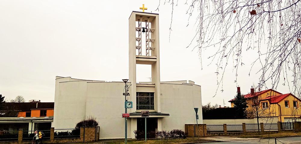 Moderní kostel svaté Alžběty Durynské v Kbelích