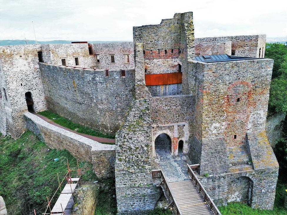 Pohled na nejcennější část hradu Helfštýn - Hradní palác z Husitské věže