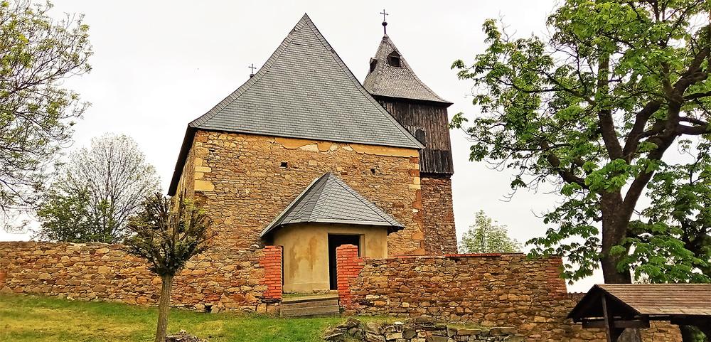 Vědci objevili teprve nedávno uvnitř kostela svatého Jakuba Většího ve Škrlech náznak vzácných fresek; na pečlivý průzkum tak kostel stále ještě čeká