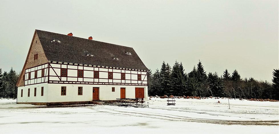 Krušnohorský lidový dům v Lesné vypadá z dálky jako domeček pro Popelku