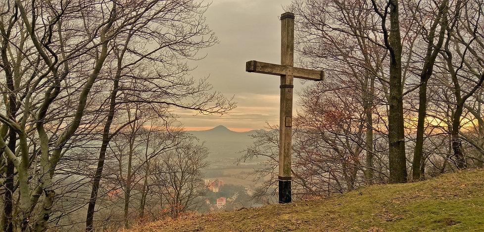 Kříž a Milešovka na vyhlídce Kalvarienbe