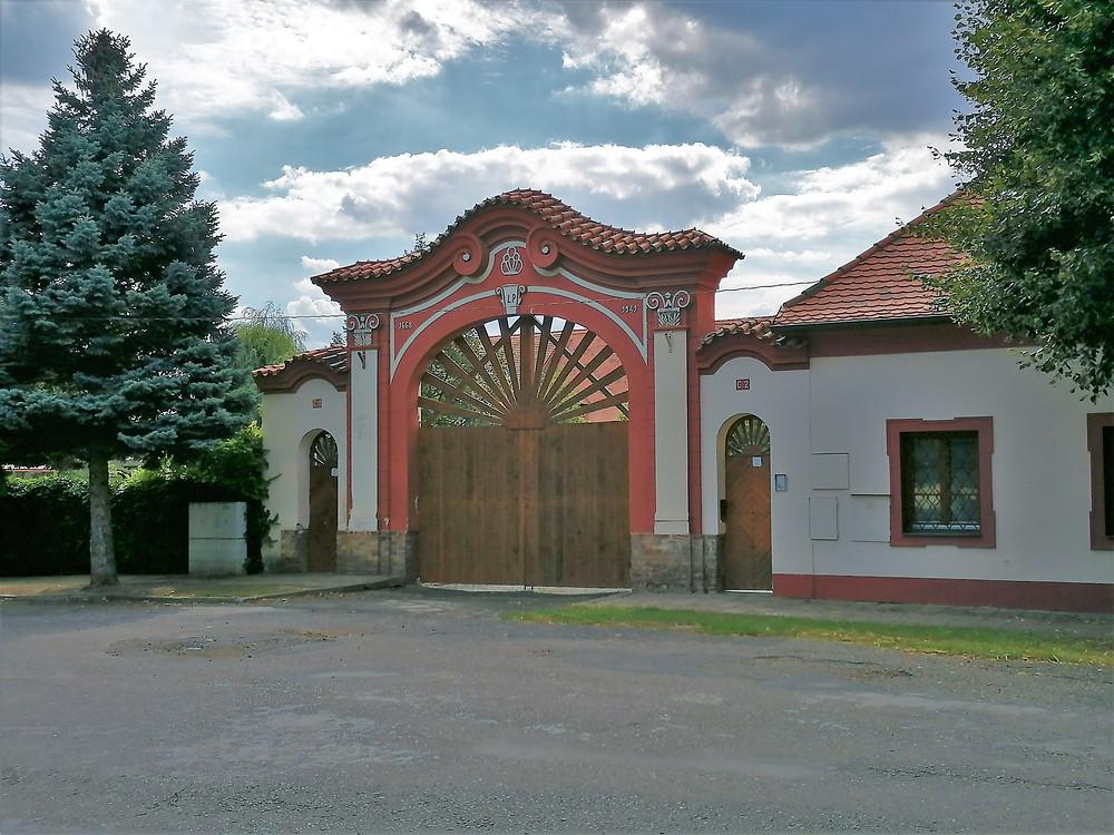 Barokní zámecká brána v Lenešicích