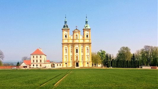 Svoji nezvyklou výškou je a byl kostel vidět už zdaleka a pro věřící to bylo doslova zázračné magické uhranutí