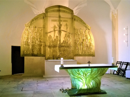 Pozor na oltář! Váží čtyři tuny a je celý ze skla! Víte, kde v okrese Klatovy takový oltář najdete?