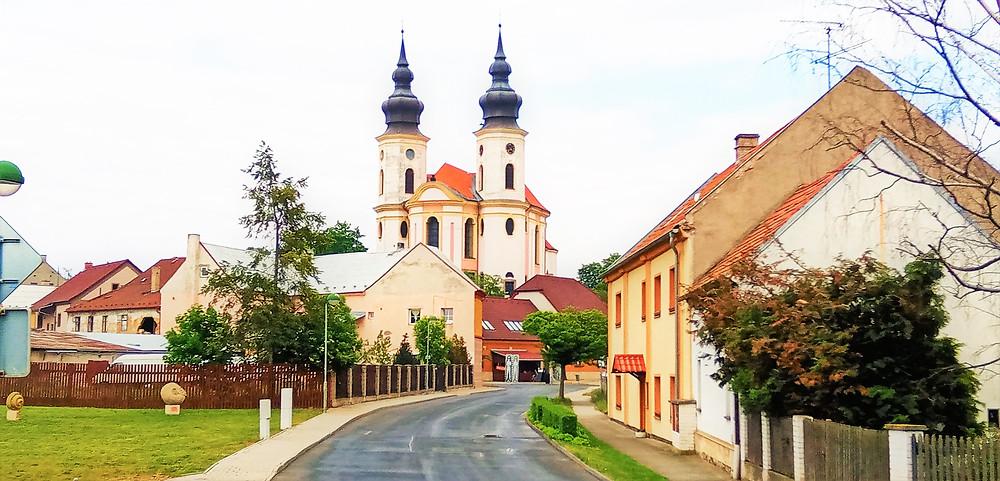 Jedna z nejcennějších barokních staveb u nás - Poutní kostel svatých Petra a Pavla v Březně
