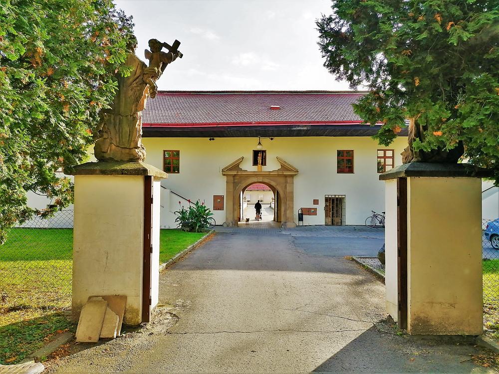 Vstupní brány zámku v Dřevohosticích
