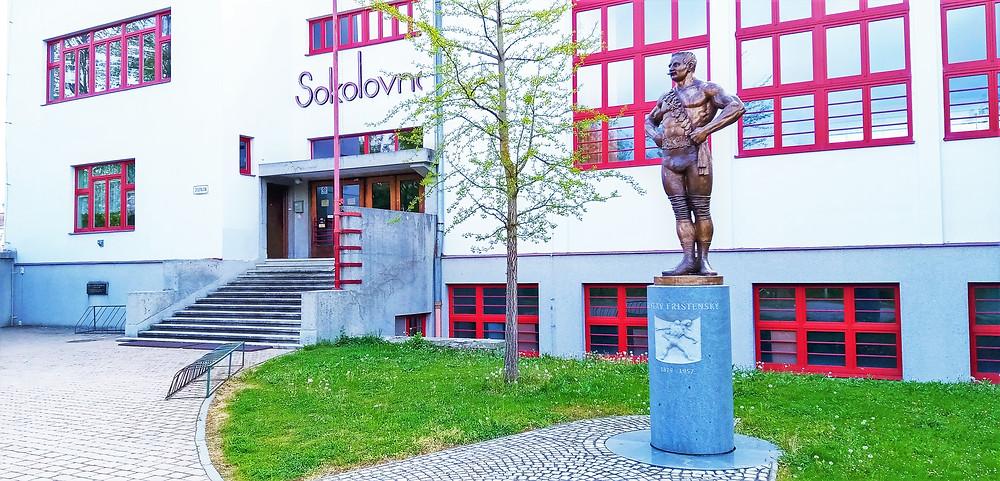 Čtyřicet let prožil v Litovli Gustav Frištenský; místní na něj nedají dopustit a proto mu před místní sokolovnou postavili sochu; zvlášť když na výstavbu sokolovny Frištenský sám přispěl