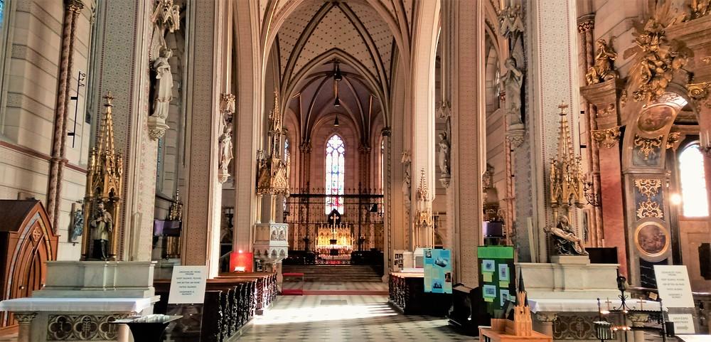 Interiér katedrály svatého Václava v Olomouci je vyveden ve světlejších barvách; důsledek novogotické přestavby z 19. století