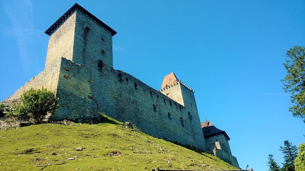 Pyšné vysoké hradby hradu Kašperk.jpg