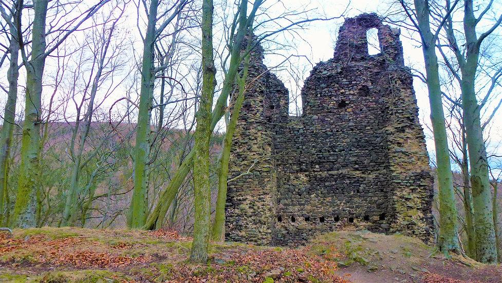 Jedna z původních věží zříceniny hradu K