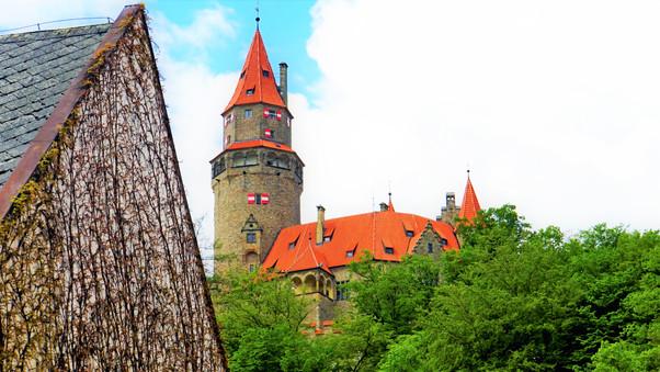 Věž hradu Bouzov z podhradí