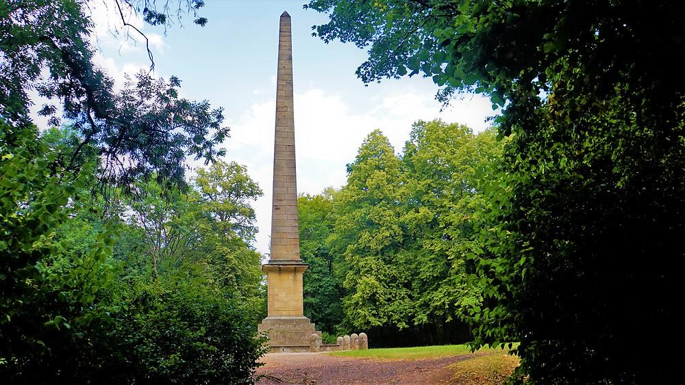 Obelisk v zámeckém parku v Krásném Dvoře