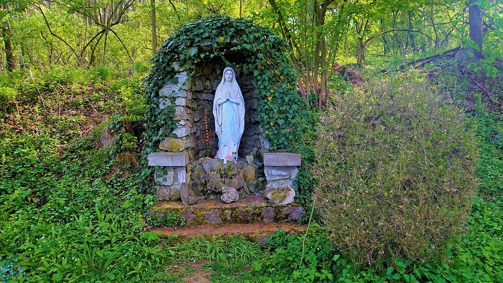Panna Marie Lurdská nedaleko studánky Svaté vody u Choliny