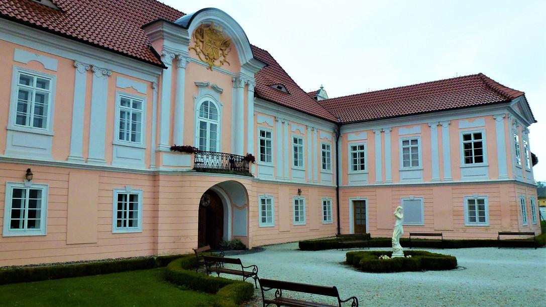 Galerie: I bez věže je krásný zámek v Hrádku