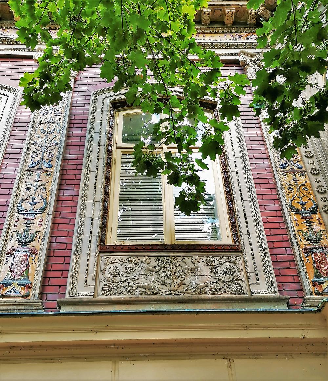 Fasáda Křížovy vily z čelního pohledu je ozdobena řadou krásných keramických obkladů